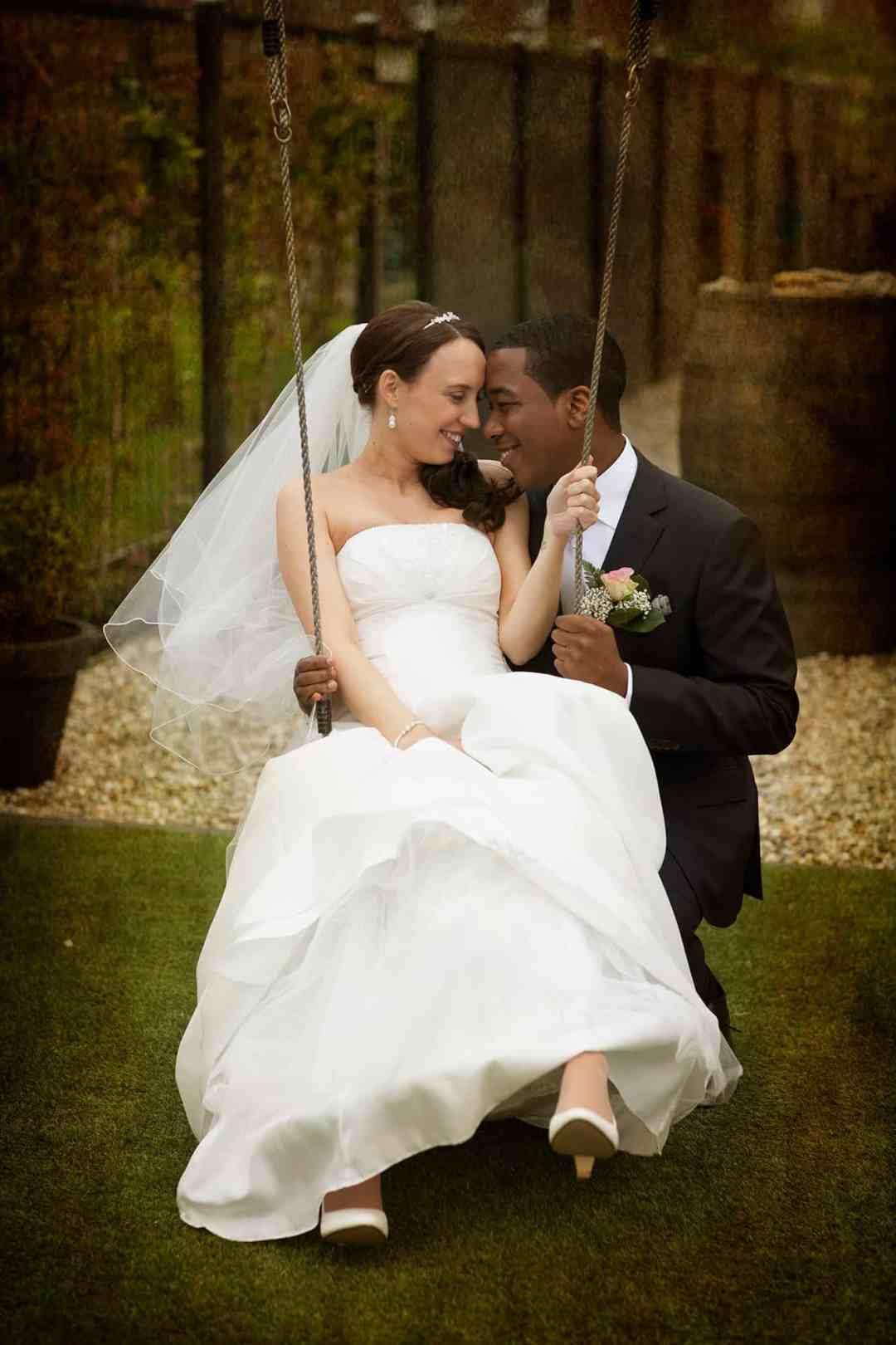 bruidspaar trouwfoto ongedwongen