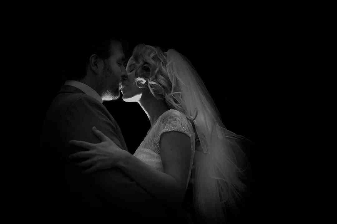 kus bruidspaar trouwfoto