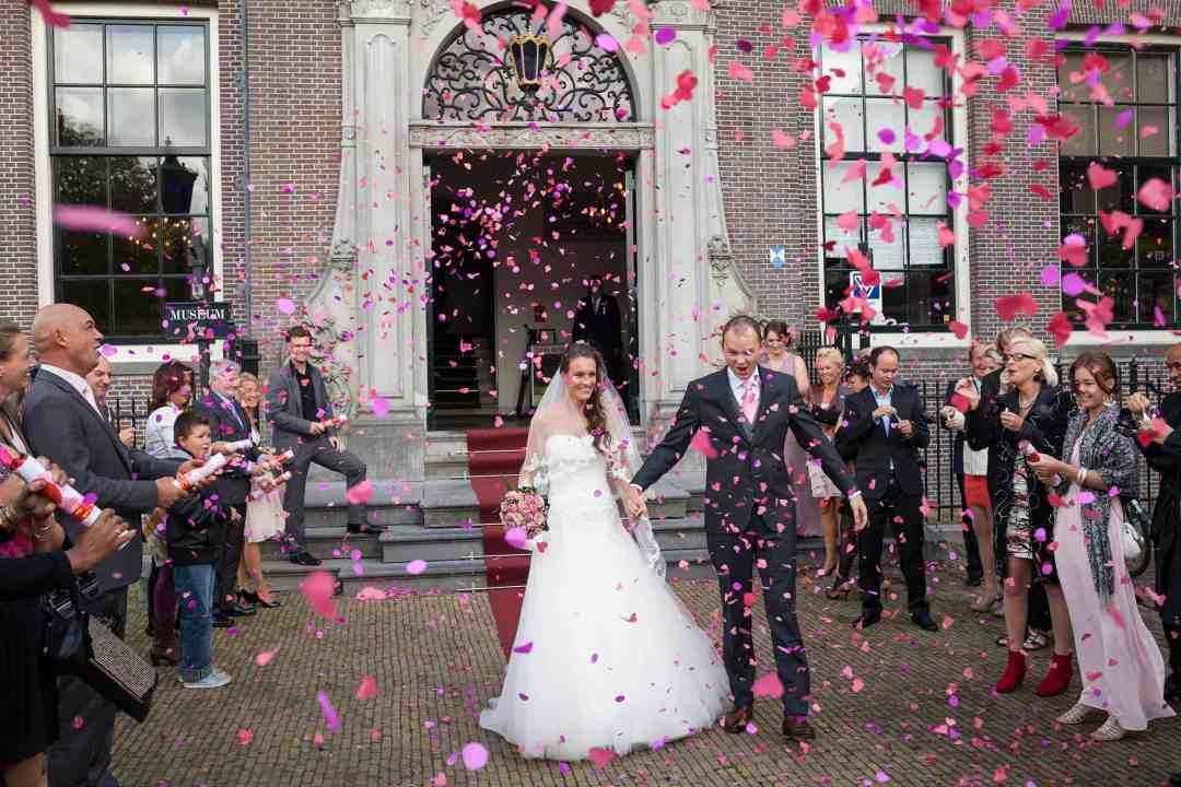 trouwfoto confetti bruidspaar