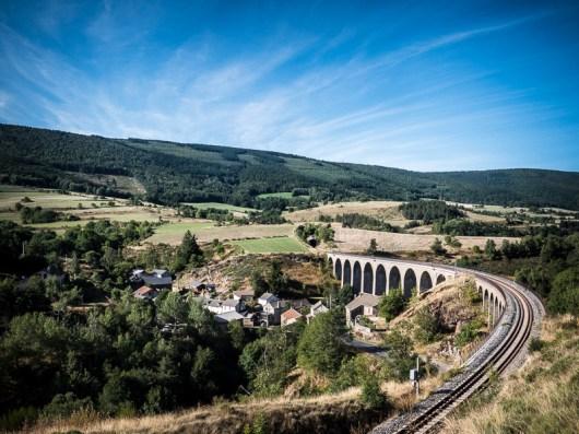 Onderweg naar de Mont Lozère kom je langs het indrukwekkende spoorwegviaduct van Mirandol