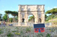 On June 28, 2013 Emil Vinterhav brought Moonhouse #1.4 to Rome. Here at the Arch of Constantine adjacent to the Coliseum.
