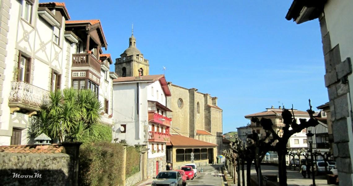 Urnieta y Xabier Lete. Plaza de Urnieta. A la izquierda, la casa de Xabier y Lulu.