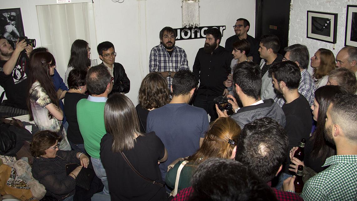 Argonautas, un nuevo proyecto editorial. Los asistentes se agolparon en un espacio reducido. Fotografía de Javier A. Bedrina.
