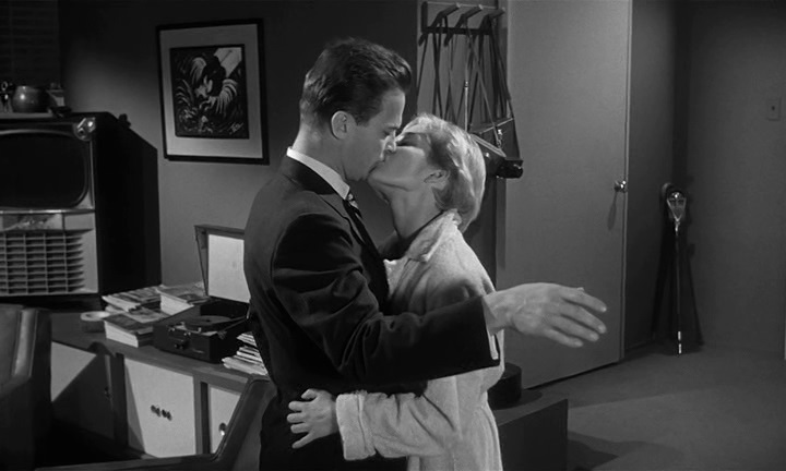 El Beso Mortal (Kiss Me Deadly). Robert Aldrich 1955. Beso con la implicada.