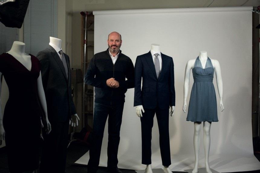 """El diseñador Mark Bridges junto al vestuario creado para la cinta """"Cincuenta sombras de Grey"""""""
