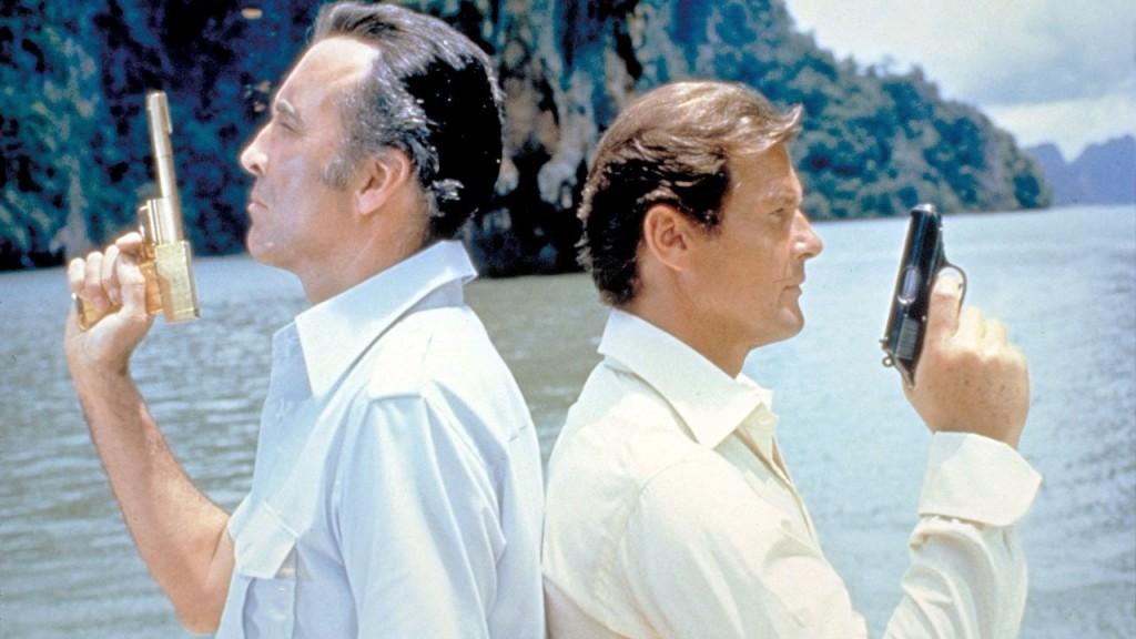 """Christopher Lee y Roger Moore en """"El hombre d ela pistola de oro"""". Moore, Roger Moore. Un Bond con sentido del humor."""