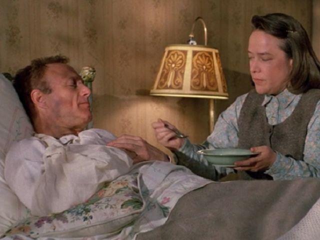 Misery. Stephen King. Entre el terror obsesivo y la novela negra. Paul y Annie en una escena de la película de Rob Reiner. Reseña.