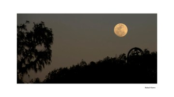 """Sombras en la luna. Fotografía """"Luna Habanera"""" de Rafa Hierro. Artículo de Ana Bolox sobre las curiosidades lunares."""