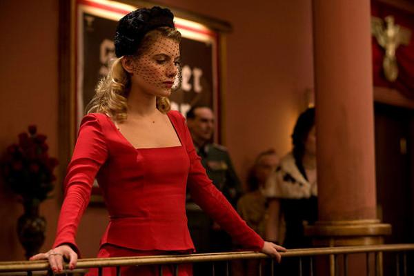 Shoshanna el día del estreno portando, el que se ha convertido, en uno de los mejores vestidos de la historia del cine