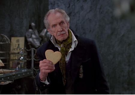 """Detalle de la manga con una correa como adorno; la pieza es un vínculo con su criatura, delimitando a la vez las manos del inventor, la parte que le falta a Edward. La estética del personaje interpretado por Vicent Price recuerda al que el mismo actor representó en """"La caída de la Casa Usher""""."""