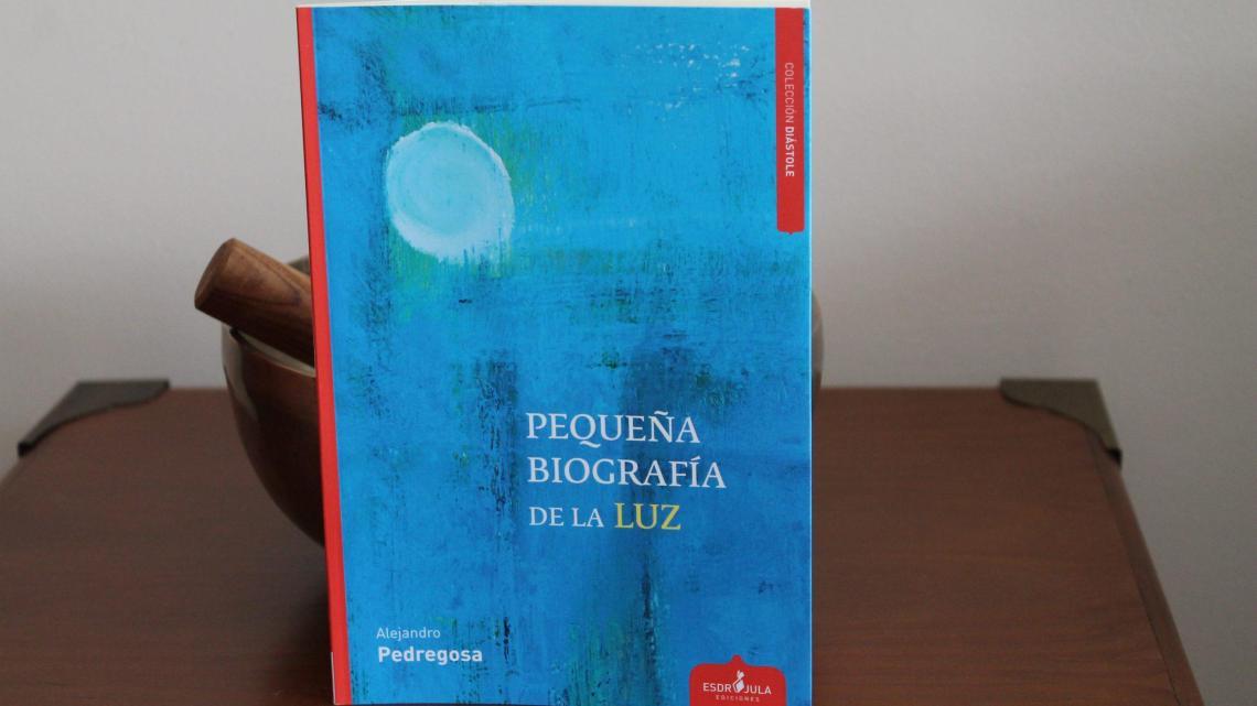 Pequeña biografía de la luz, de Alejandro Pedregosa: un poeta «ligero de equipaje» hacia un mundo en flor