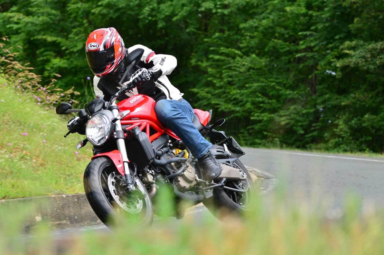 2014-Ducati-Monster-821026