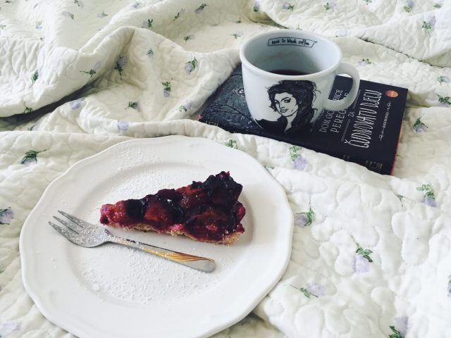 polonapolona polona amy winehouse crostata food desert plums šljive kolač ljeto books coffee lifestyle blogerica