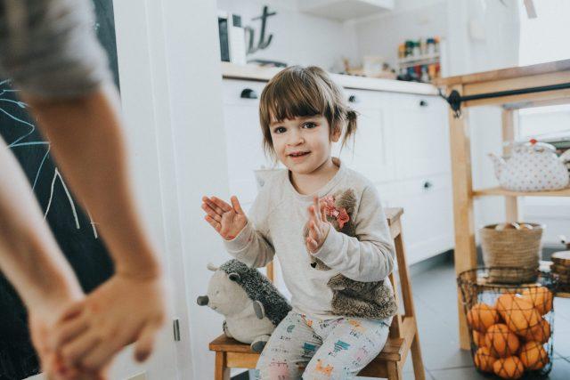 kid is clapping, dijete plješće