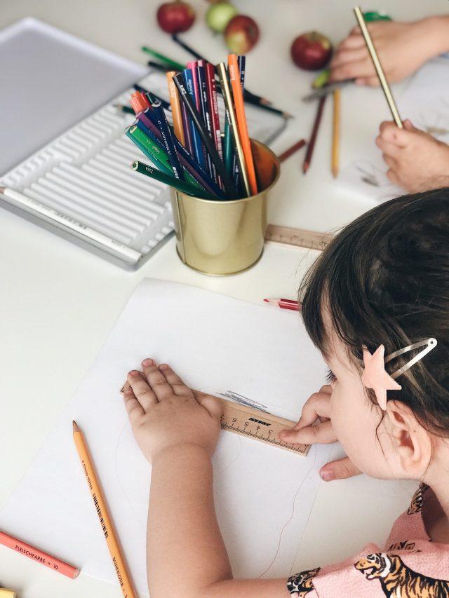 Kids using ruler, dijete koristi ravnalo