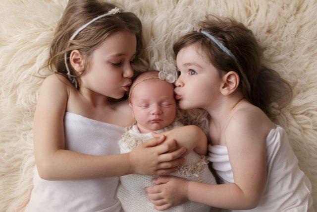 newborn fotografija tri sestre