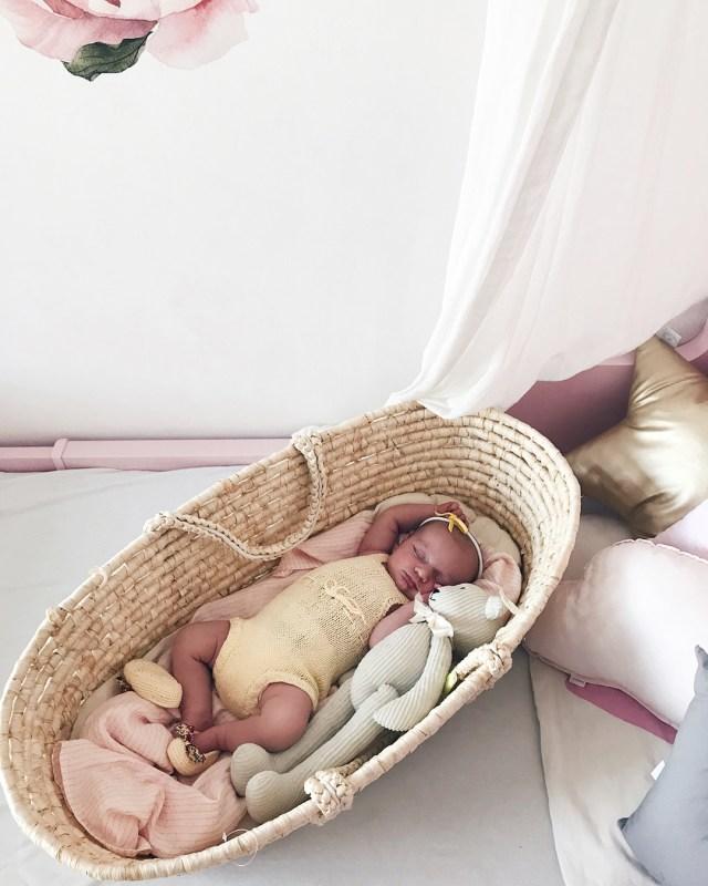 beba leži u košari za bebu Moses