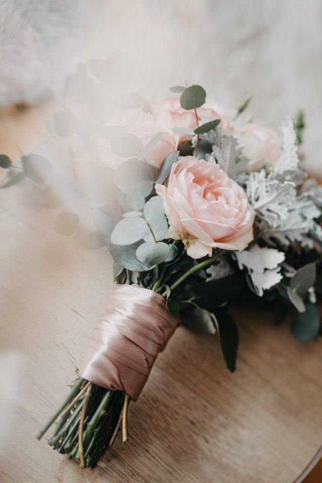 svadbeni buket roza traka roza ruža