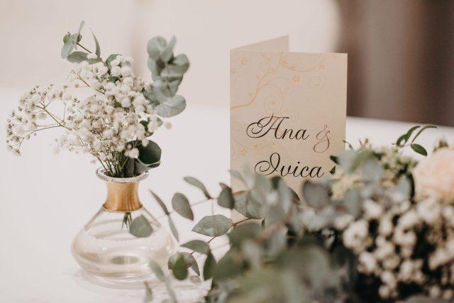eukaliptus u zlatnoj vazi ana i ivica vjenčanje