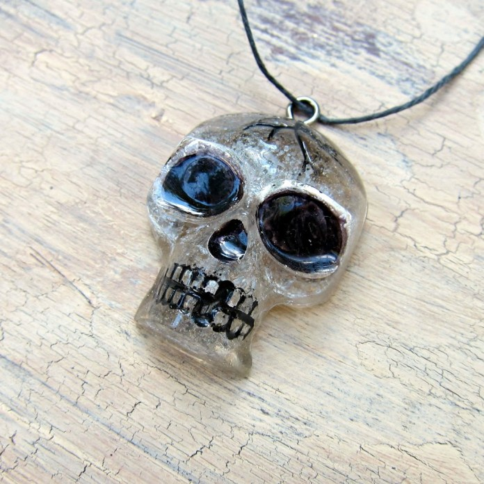 Resin-Skull-pendant