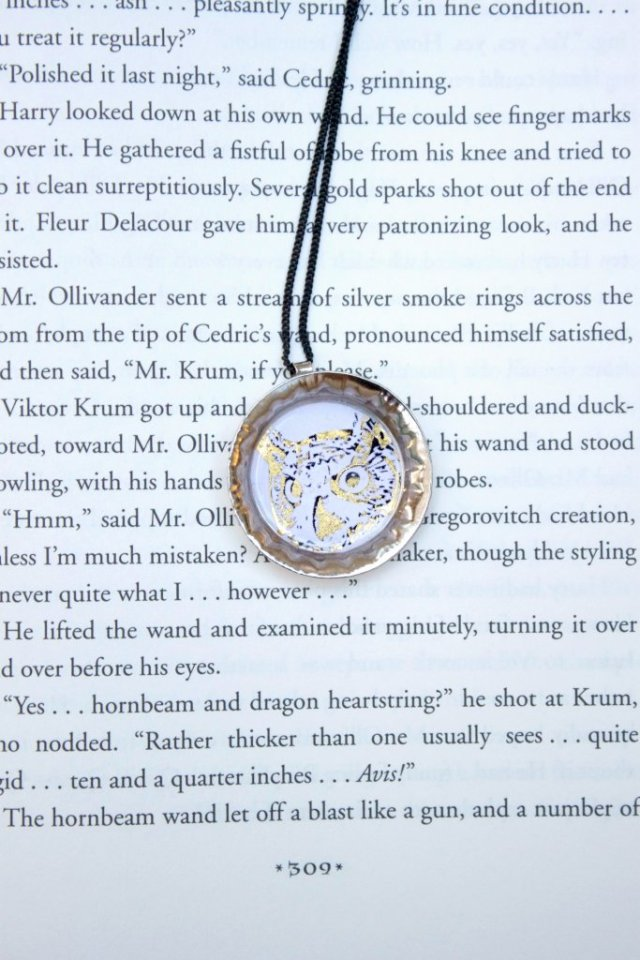 Use a free printable to make your own Harry Potter bottle cap pendants. Learn how you can foil and seal the images.