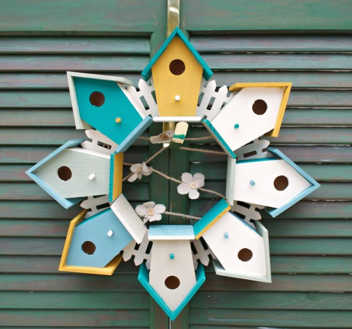 make a wreath using birdhouses