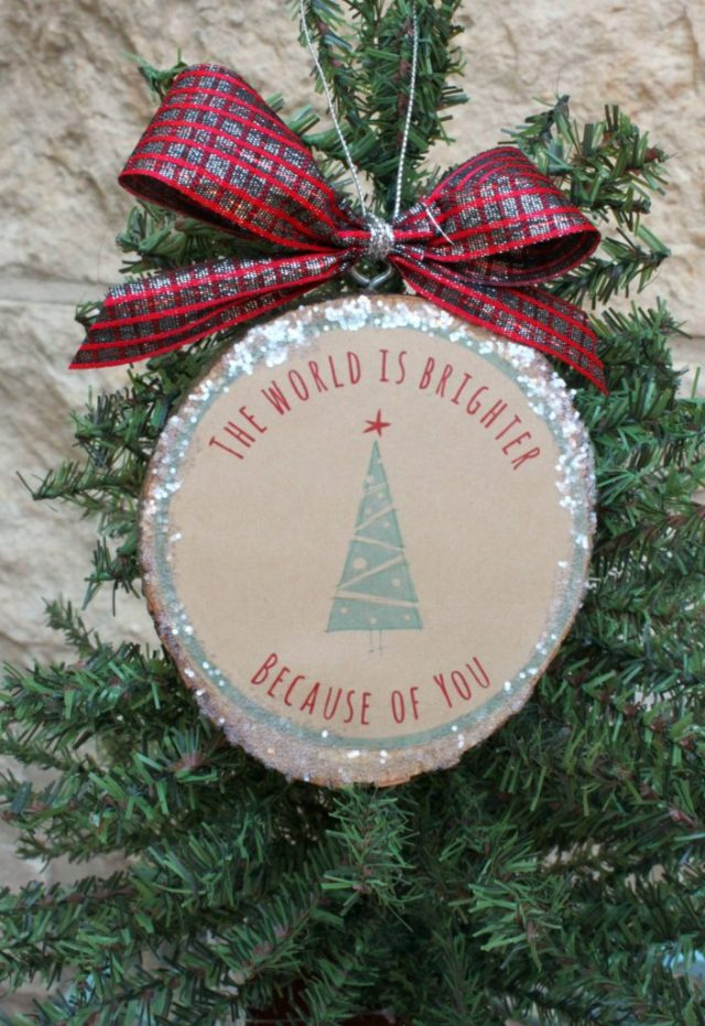 Make teacher ornaments that do double duty as gift tags!  Use printable kraft paper with a free download to make this project.