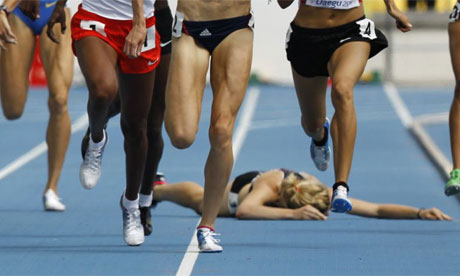 Fallen-runner-in-race-007