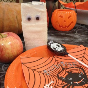 more-organised-halloween-party-table-setting