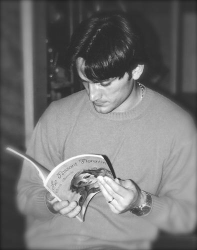 Vincenzo Montella lisant mon livre, le Passant Florentin en 2001. C'est prémonitoire, car depuis trois ans il est l'entraîneur de l'équipe de Florence, la Fiorentina !