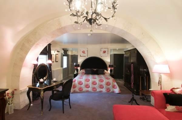 An elegant bedroom (Credit: Abbaye de la Bussiere)
