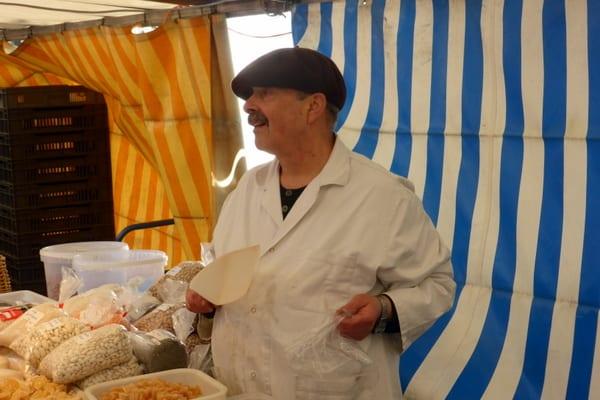 Even the vendors look Parisienne