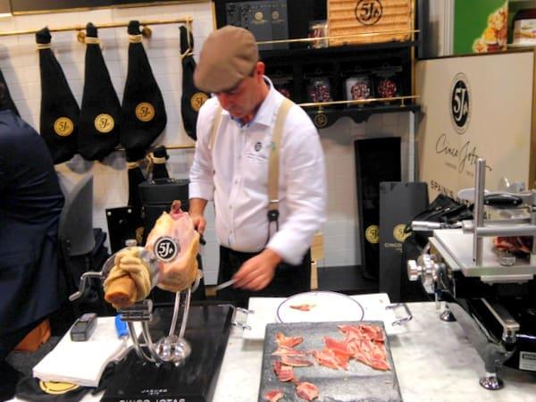 Vendor slicing Spanish ham