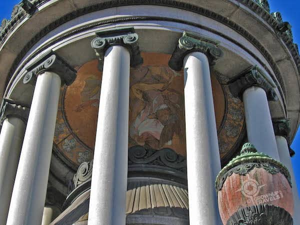LaRecoleta - Architectural details like columns and domes enhance the structures