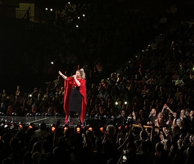 Kelly Clarkson preforming at Mohegan Sun (Credit: Nancy Monson)