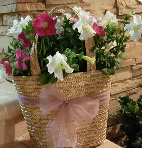 See how easy it is to make a repurposed purse planter out of an old purse. This is such a pretty way to DIY and repurpose.