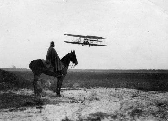 Kap[itän] Engelhardt im Flug, Johannistal bei Berlin, 12.8.1910, [Aufnahme] Otto Haeckel , Berlin-Friedenau, Wieland-Strasse 35