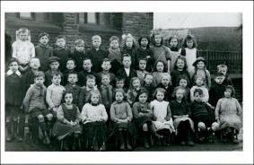 Group of school children, probably at Victoria Road School, Morley
