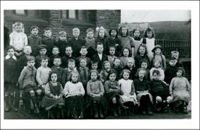 Group of school children, probably at Victoria Road School, Morley