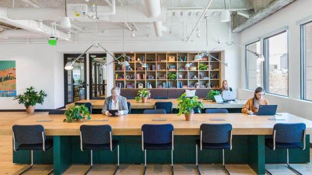 Hot Desking: la scrivania a turni nel nuovo modello ibrido del lavoro