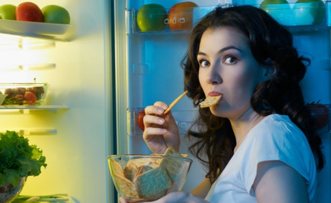 Late night eating - 10 Bad Eating Habits Not Allowing You To Lose Weight Fast
