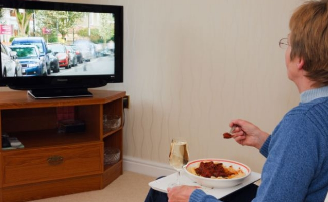 Munching on while watching TV - 10 Bad Eating Habits Not Allowing You To Lose Weight Fast