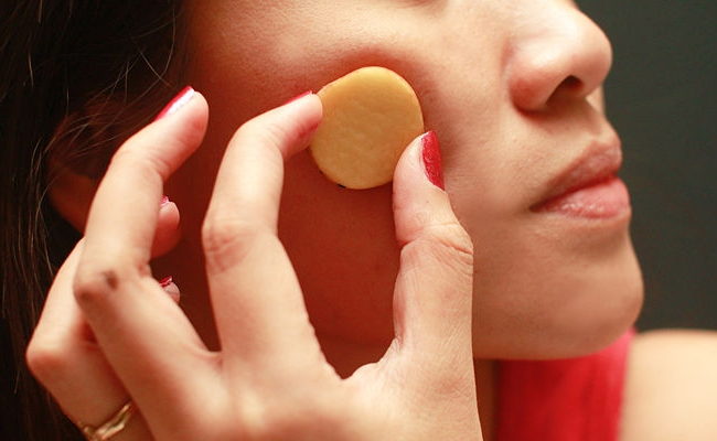 Using potato slices for clear skin