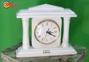 Reloj de mármol, reloj de columnas.