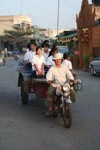 01_01_PhnomPhen_Schulbus