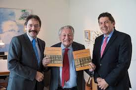 Geert Verbeet en de 2 commissarissen met het boek 1914-1918