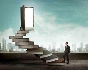 auteur loopt de trap gemaakt van boeken op