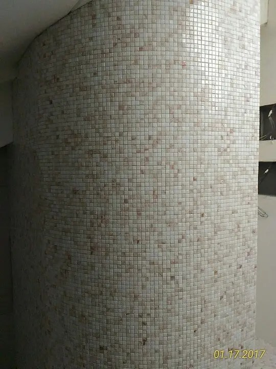 Posa mosaico 10 x 10 su parete tonda