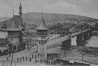 Die berühmte Jugendstilbrücke, die die beiden Stadtteile einst miteinander verband wurde in den letzten Kriegstagen 1945 gesprengt