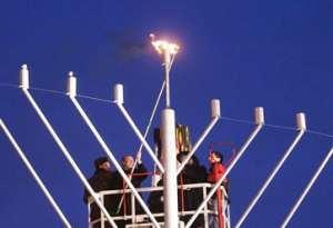 Леонид  Черновецкий зажигает ханукальный светильник